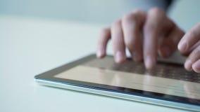 Persona ocupada que trabaja en la tableta, usando el app móvil para los boletos que hacen compras o de reservaciones almacen de video