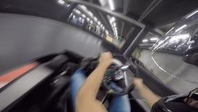 Persona pov del spectacular del hombre joven primera que conduce el coche del kart del ocio en la acción extrema karting del depo metrajes