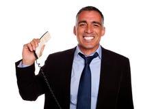 Persona profesional que sonríe con un teléfono Imagenes de archivo