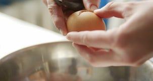 Persona que abre el huevo con el cuchillo almacen de metraje de vídeo