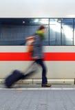 Persona que acomete para el tren Imagen de archivo