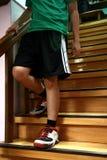Persona que camina abajo de una escalera Foto de archivo