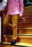 Persona que camina abajo de una escalera Imagenes de archivo