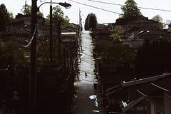 Persona que camina abajo del callejón con las calles en sombra Fotos de archivo libres de regalías