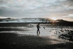 Persona que camina en la playa en Stokksnes, Islandia Fotos de archivo
