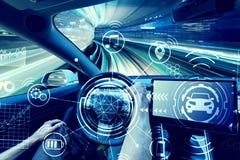 Persona que conduce un nuevo vehículo eléctrico foto de archivo libre de regalías