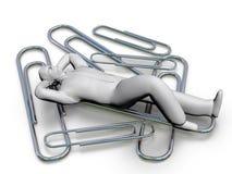 Persona que descansa sobre los clips - en de la pequeña empresa de la oficina Foto de archivo libre de regalías