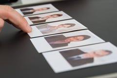 Persona que elige la fotografía de un candidato fotografía de archivo libre de regalías