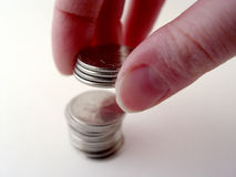 Persona que empila monedas imagen de archivo