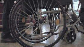 Persona que empuja la silla de ruedas metrajes
