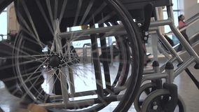 Persona que empuja la silla de ruedas almacen de metraje de vídeo