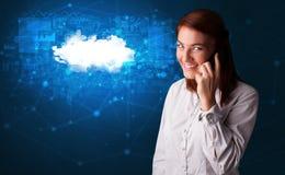 Persona que habla en el tel?fono con concepto de la tecnolog?a de la nube imágenes de archivo libres de regalías