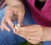 Persona que hace la flor de la arcilla Imagen de archivo libre de regalías