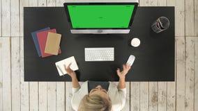 Persona que hace videoconferencia en el ordenador Exhibición verde de la maqueta de la pantalla metrajes