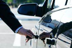 Persona que inserta clave del coche Fotos de archivo libres de regalías