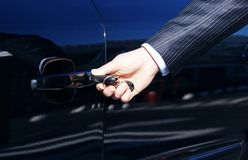 Persona que inserta clave del coche Fotos de archivo