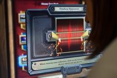 Persona que juega al juego de la PC de la piedra de chimenea en el convenio del juego Fotografía de archivo libre de regalías