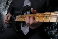 persona que juega cierre gitar para arriba abajo del cuello Imágenes de archivo libres de regalías
