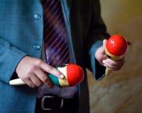 Persona que juega maracas Foto de archivo libre de regalías