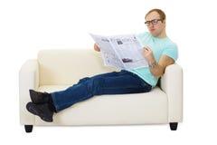 Persona que lee un periódico Imagenes de archivo