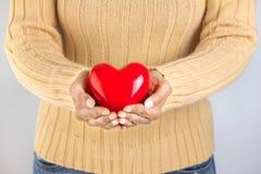 Persona que lleva a cabo un corazón Foto de archivo libre de regalías