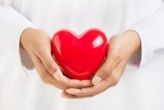 Persona que lleva a cabo un corazón Foto de archivo