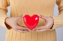 Persona que lleva a cabo un corazón Imágenes de archivo libres de regalías