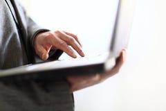 Persona que mecanografía en un ordenador portátil moderno Imagen de archivo libre de regalías