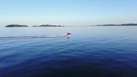 Persona que monta el pwc personal del jetski de la vespa del arte de agua en la opinión asombrosa de la antena 4k del océano de l metrajes