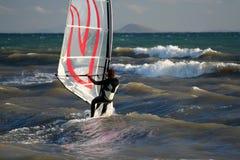 Persona que practica surf. Fotos de archivo libres de regalías
