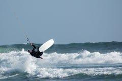 Persona que practica surf 2 de la cometa Foto de archivo libre de regalías