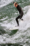 Persona que practica surf Fotografía de archivo libre de regalías
