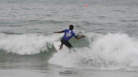 Persona que practica surf Fotos de archivo libres de regalías