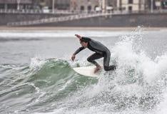 Persona que practica surf Imagen de archivo