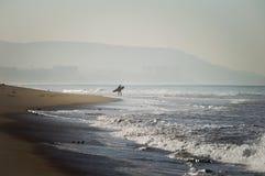 Persona que practica surf Imagenes de archivo