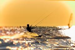 Persona que practica surf que acomete a través del mar en una nube del espray, entonada Fotografía de archivo libre de regalías