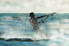 Persona que practica surf que acomete a través del mar en una nube del espray, primer Imagen de archivo