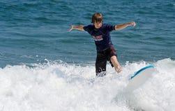 Persona que practica surf adolescente Fotografía de archivo libre de regalías