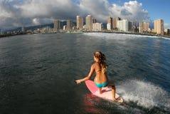 Persona que practica surf adolescente del bikiní Fotos de archivo