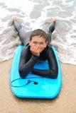 Persona que practica surf adolescente sonriente Foto de archivo