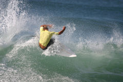 Persona que practica surf amarilla Foto de archivo libre de regalías