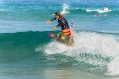 Persona que practica surf australiana en la cresta de una onda Foto de archivo libre de regalías