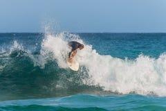 Persona que practica surf australiana que coge una onda Fotos de archivo libres de regalías