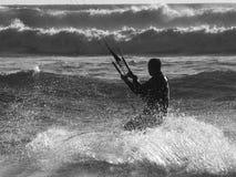 Persona que practica surf B&W de la cometa Fotografía de archivo libre de regalías