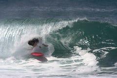 Persona que practica surf bajo el labio, jinete del tubo Fotos de archivo libres de regalías