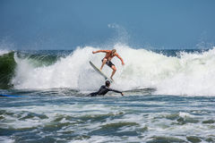 Persona que practica surf Belmar de la acción Foto de archivo