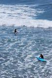 Persona que practica surf a bordo Foto de archivo libre de regalías
