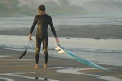 Persona que practica surf brasileña Fotos de archivo libres de regalías