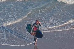 Persona que practica surf que camina imagenes de archivo