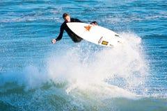 Persona que practica surf Chris Sanders Surfing en el carril California del vapor Imagen de archivo